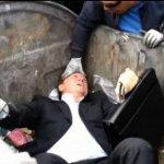 Deputado é Jogado no Lixo Por Manifestantes da Ucrânia