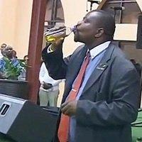 Líder Religioso Faz Seguidores Beberem Gasolina Para Levá-los ao Céu